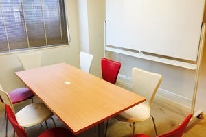 【恵比寿】高級感のあるおしゃれで落ち着いた貸し会議室(定員8名)の写真