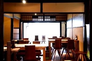 築100年余の京町家をリノベーションしたカフェスペースの写真