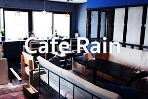 昼はカフェ、夜はバルとして営業しているお店の、おしゃれな西海岸風の空間です。の写真