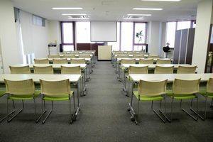 【吉祥寺駅徒歩5分】36名まで収容可能。明るく清潔感のある中会議室の写真