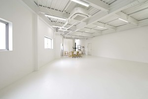 自然光も差し込む白ホリゾント撮影スタジオの写真