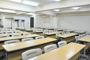 神田駅近!重厚感のある63名会議室の写真