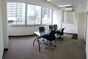 中野駅 徒歩4分(新宿8分):完全独立タイプの貸切レンタルスペース・貸し会議室 : 開放感ある明るい雰囲気の貸し会議室:401号の会場写真