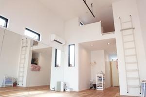 自然素材のプライベート空間・床は無垢の板・珊瑚を練りこんだ漆喰の壁の写真