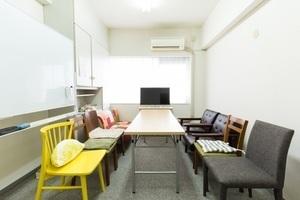[新宿駅 新南口徒歩3分] 液晶モニタ有 北欧スタイルソファー ミーティングルームの写真