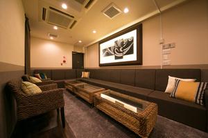 【新宿駅徒歩4分】ラグジュアリーなバリ風リゾート感満載の個室カラオケです!の写真