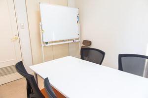 こじんまりとした高級感のある貸し会議室の写真