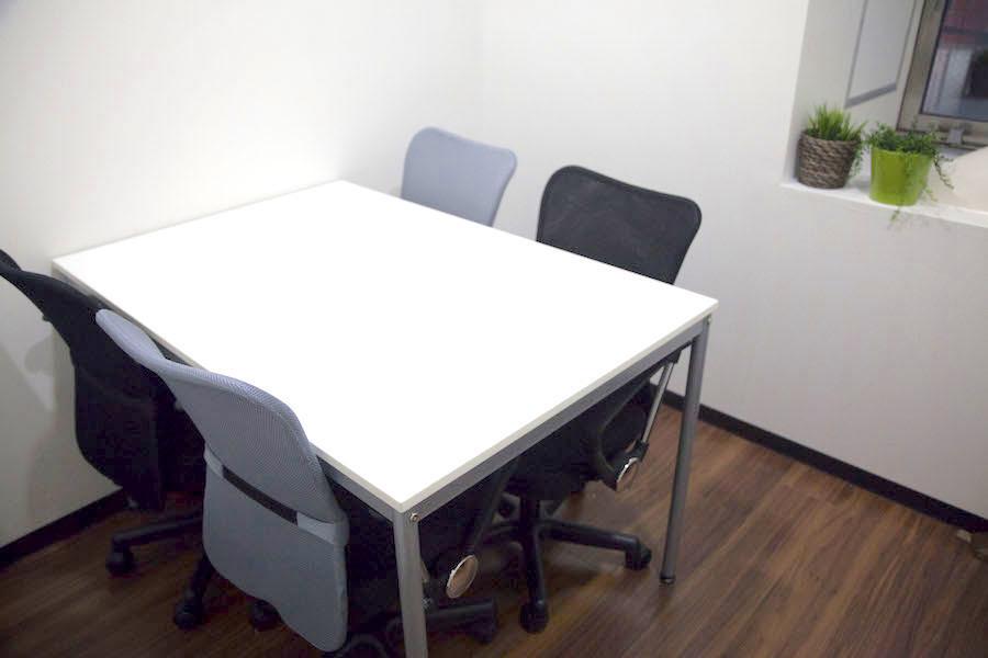 インスタント会議室 横浜店 : 【4名用】少人数向け会議室の会場写真