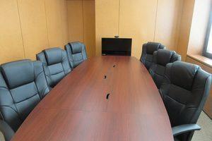 【札幌駅至近!】最大収容人数10名。重厚感のある貸会議室。の写真