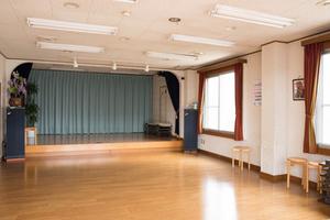 舞台あり、防音設備ありの多目的ホールの写真