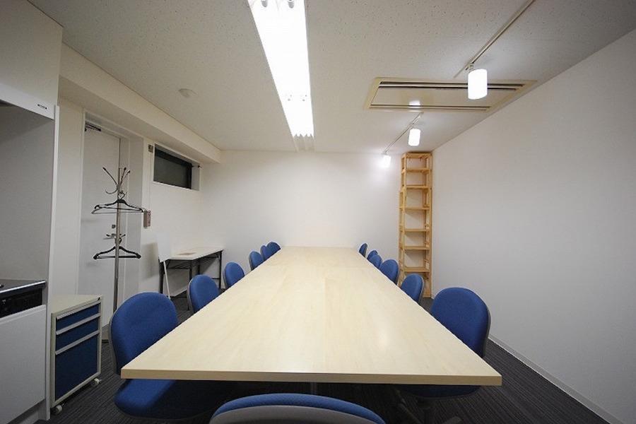 新宿レンタル会議室 SO! : 12名用 中会議室の会場写真