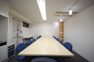 【靖国通り】大きな机あり!多目的会議室の写真