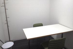 新宿レンタル会議室 SO!: 3名用 小会議室の会場写真