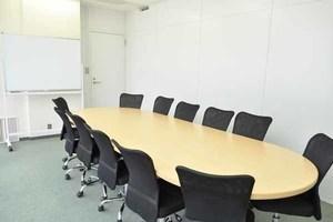 新橋駅徒歩1分!アクセス良好 12名収容の貸し会議室 「会議室A」の写真