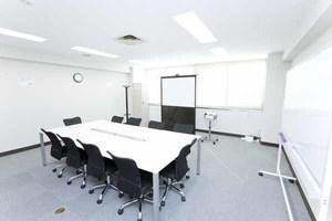 川崎駅徒歩3分!10名収容可能の貸し会議室 会議室Cの写真