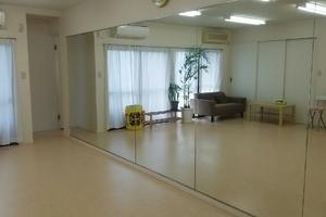 大型鏡設置のダンススタジオ。長テーブルや椅子も完備なのでダンスだけでなくクラフト作製などのカルチャー系にもご招待頂けます。の写真