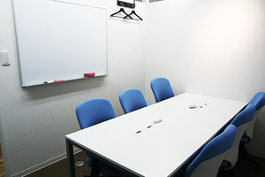 池袋駅東口徒歩7分の好立地、定員6名様でご利用頂く少人数会議室です。の写真