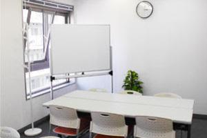 【川崎】白を基調とした清潔感ある貸会議室の写真