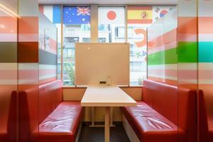 渋谷1分のレンタル教室内の明るい半個室スペース!の写真