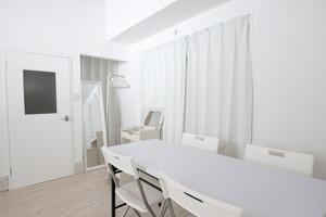 池袋乙女ロードから徒歩1分の白を基調にした完全個室スペースの写真