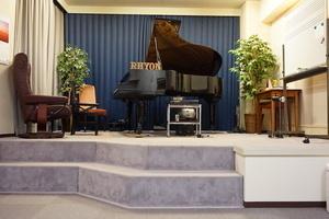 【3名様以上ご利用プラン】アンサンブルに!グランドピアノが使えるレッスンスペースの写真