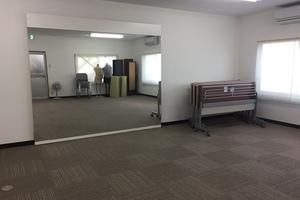 貸会議室だけで無く大きな鏡を備えてありますのでダンス教室としても使っていただけますし、キボード程度の楽器なら演奏も可能です。の写真