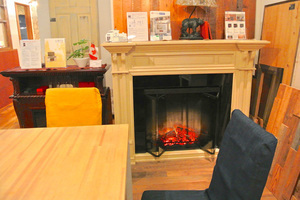 落ち着いた雰囲気のスペースをご用意しています。暖炉と古材に囲まれた暖かみのある隠れ家空間です。の写真