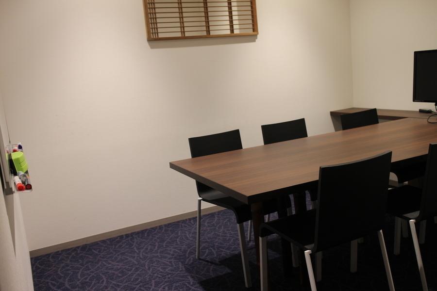 若者が集う秘密基地「WAVE市ヶ谷」 : 6人用会議室の会場写真
