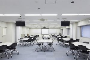 〜104名収容可能 設備充実!セミナー会場などにおすすめの大型会議室の写真