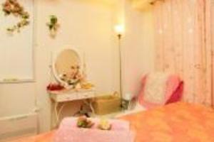 天使の絵がかわいいお部屋。横浜駅近く、施術ベットあり。の写真