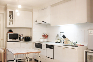 輸入住宅のホワイトキッチンでお料理教室や仲間とのお集まりにの写真