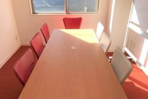 高級感のある落ち着いた貸し会議室の写真