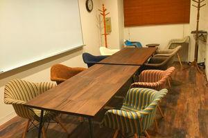 【秋葉原・御茶ノ水エリア】大型ホワイトボードのあるおしゃれなミーティングスペース!1時間2000円からご利用いただける完全個室のスペースです!の写真