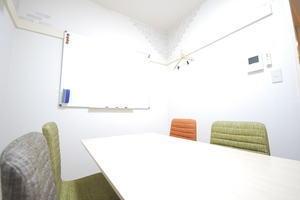 【自由が丘駅徒歩1分】マリクレール通り裏(緑道そば)にある完全個室会議室(トイレが室外で音が気になりません)の写真