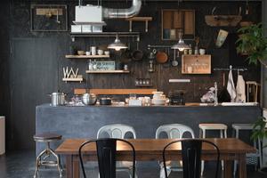 自然光の入る実使用も可能なアイランドキッチン付ハウススタジオの写真