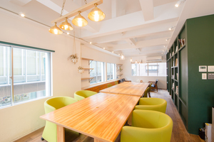 烏丸駅徒歩3分カフェ併設の会議室の写真