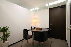 インスタント会議室 梅田「PLAY JOB」 : 個室会議室C(2名用)@PLAY JOBの会場写真