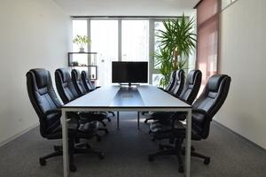 吉祥寺駅徒歩5分! 清潔感溢れるオフィスの会議室の写真