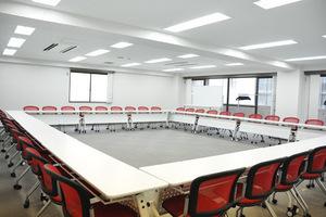 【五反田】駅から2分!飲食可能〇明るくポップな会議室の写真