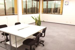 【磐田】窓が大きく明るい!広々会議スペースの写真