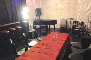 グランドピアノ・ドラム常設のライブスペースの写真