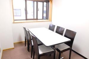 【飯田橋】打合せや作業場所に!駅近の小会議室の写真