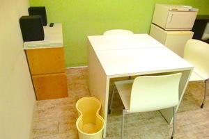 ネイル、エステ、カウンセリングなどでご利用可能な個室のサロンスペースの写真