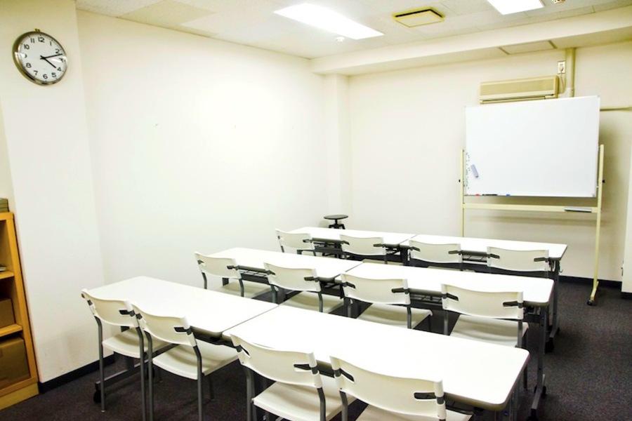 インスタント会議室 京橋店 : 中会議室(12名様迄)の会場写真