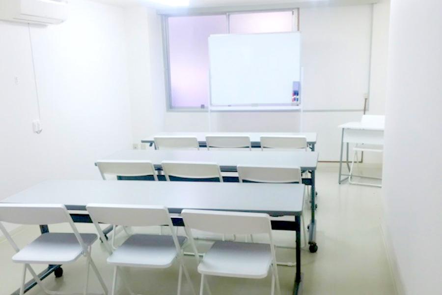 インスタント会議室 新大阪店 : 少人数セミナールーム(305号室)の会場写真