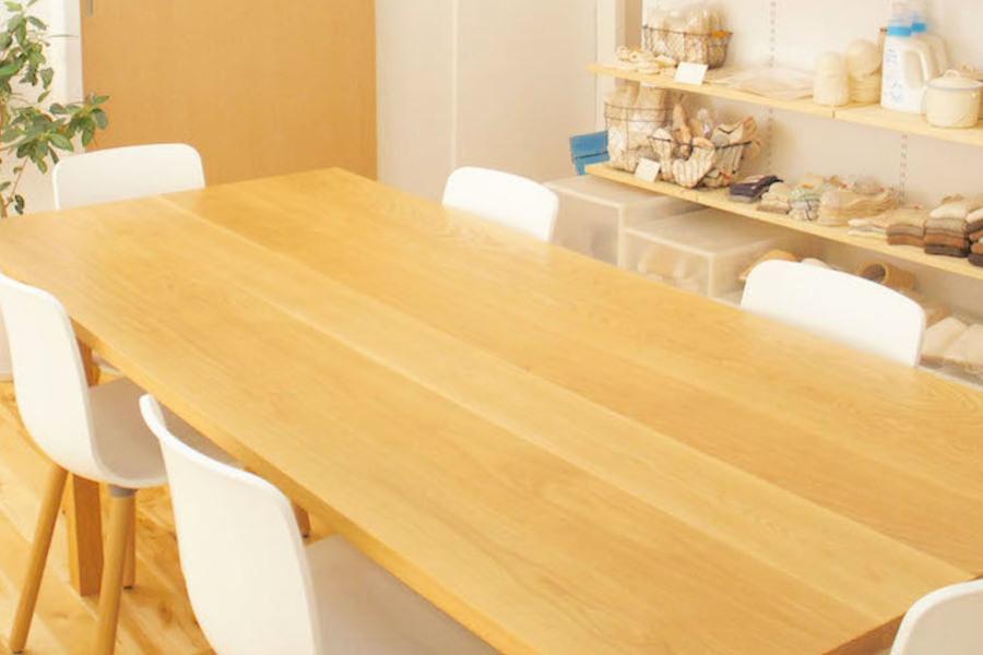 新富町レンタルカフェ コロッコ : 6人掛けテーブルプランの会場写真