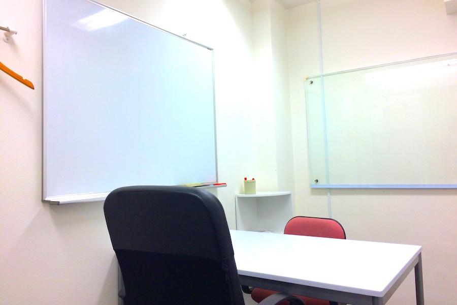 インスタント会議室 新日本橋店 : 2名用個室スペース3の会場写真