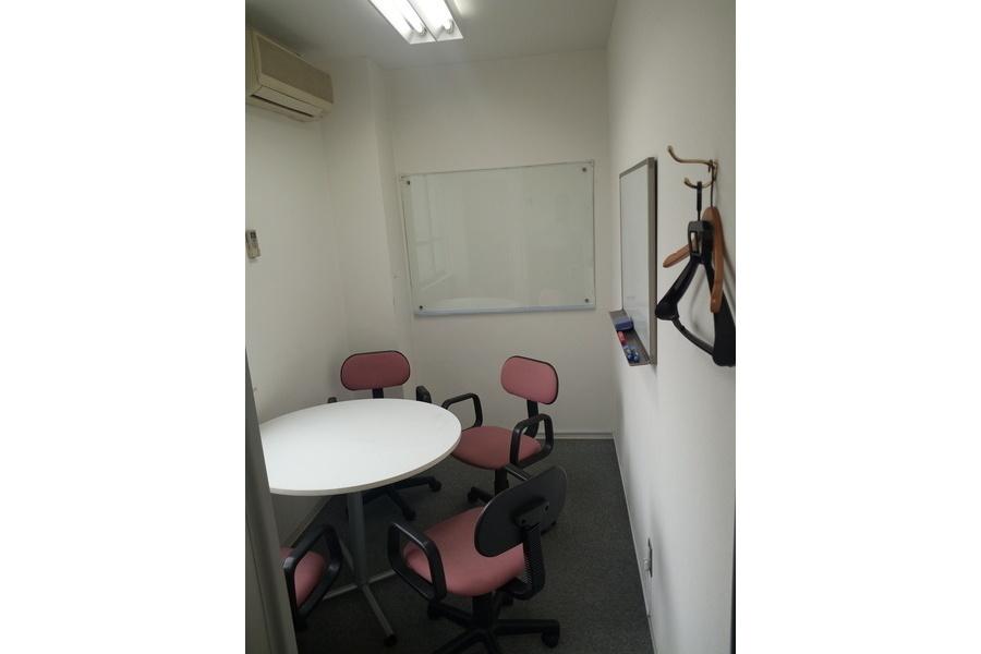 インスタント会議室 新日本橋店 : 4名用個室会議室の会場写真