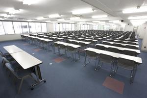 〜285名収容可能 会社説明会や筆記試験などに 渋谷駅徒歩3分の貸し会議室の写真