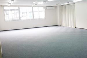 スクール形式で30名収容可能 講演会や会社説明会等に最適な会議室の写真
